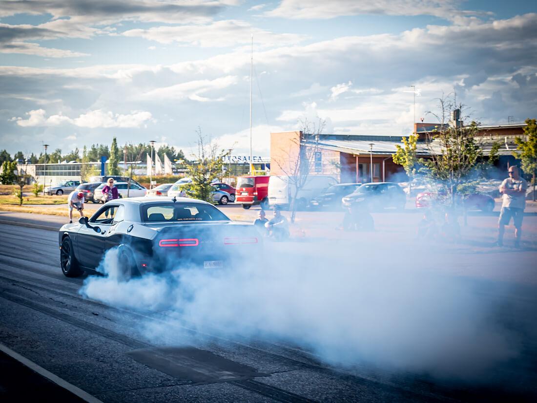 Musta Dodge challenger polttaa kumia