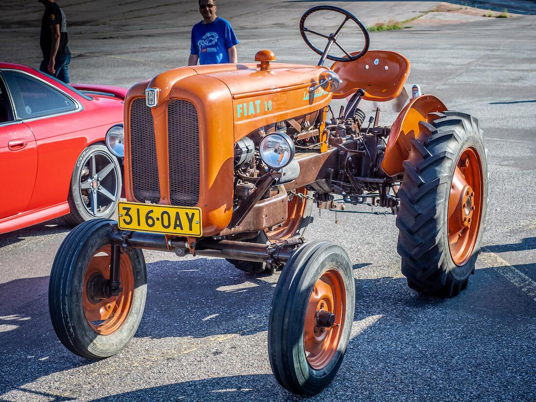 Vanha oranssi Fiat 18 traktori